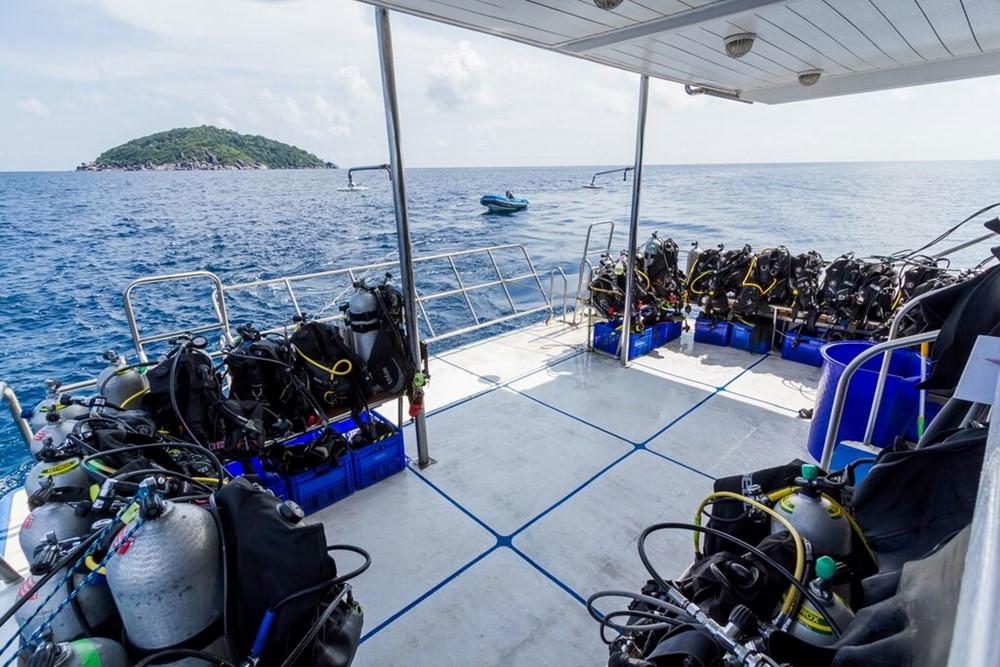 Equipment auf dem Tauchdeck des Tauchschiff Pawara
