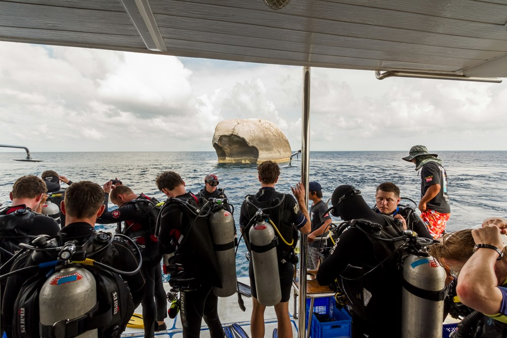Auf dem Tauchdeck des Tauchschiff Pawara
