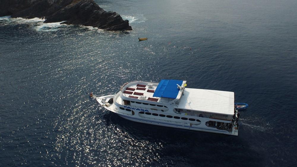 Das Tauchschiff Pawara vor den Simlans