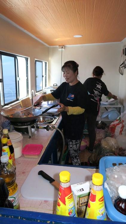 Tagestour Tauchschiff MV Chai Yo Kombüse