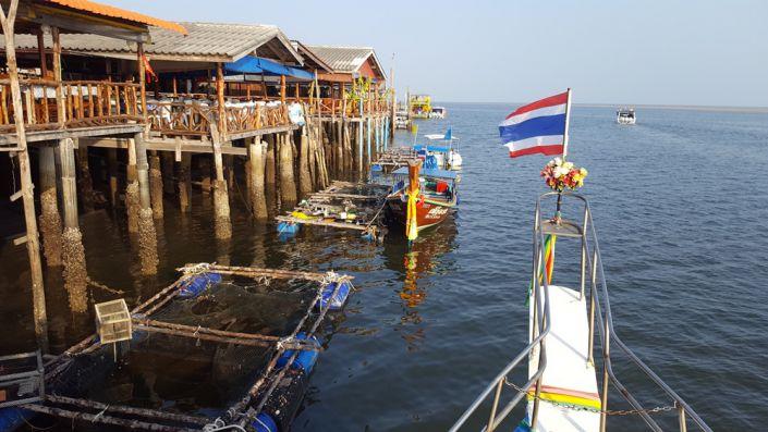 Tauchschiff Choksomboon am Pier