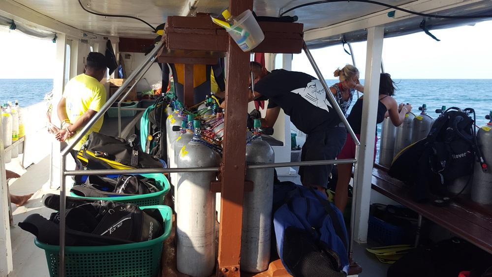 Tauchequipment auf dem Tauchschiff Choksomboon
