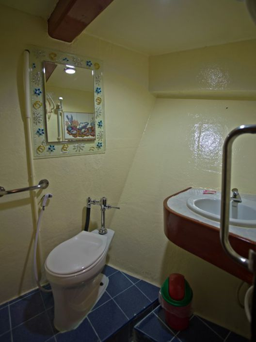 Badezimmer auf dem Tauchschiff The Junk