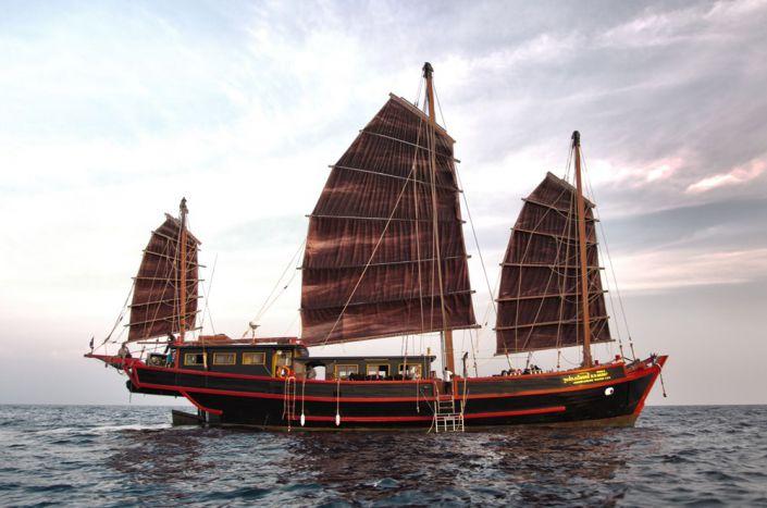 Tauchschiff als Motorsegler The Junk